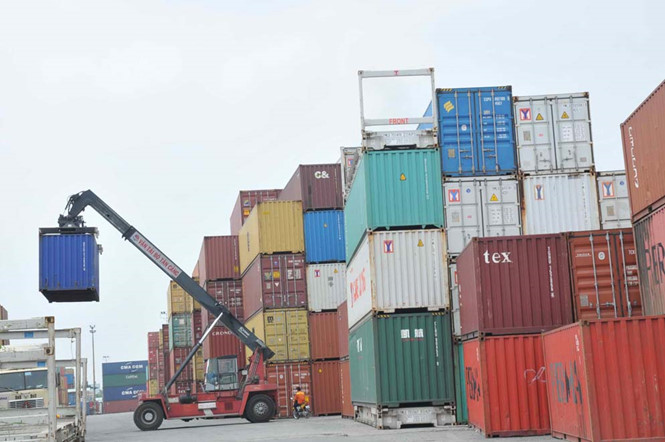 Lo hàng bị 'treo' tại cảng