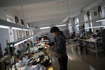 Giá nhân công rẻ chỉ bằng 1/10 so với trong nước, dệt may Trung Quốc đổ bộ  vào Triều Tiên