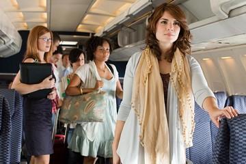 Hãng hàng không muốn để hành khách đứng trên máy bay cho... tiết kiệm