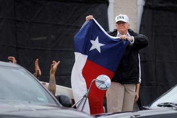 Tổng thống Trump cam kết bỏ 1 triệu USD tiền túi để khắc phục thiệt hại siêu bão Harvey