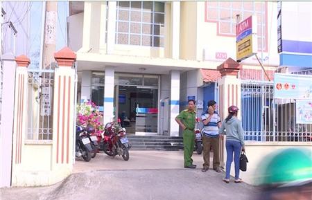 Dùng súng, bịt mặt xông vào cướp ngân hàng ở Vĩnh Long