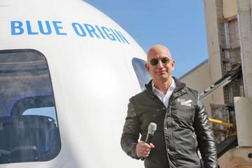 18 tháng nữa công ty của Jeff Bezos sẽ đưa du khách vào vũ trụ