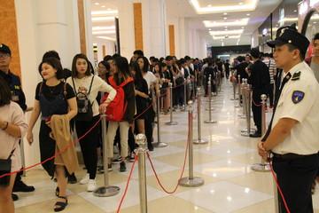 Hàng nghìn người xếp hàng trong ngày đầu mở cửa của thương hiệu thời trang H&M