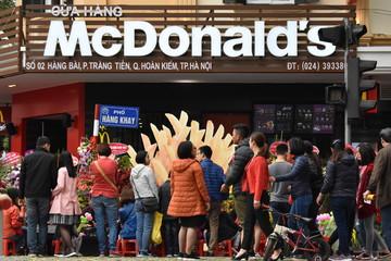 Xếp hàng dài chờ ăn trưa tại cửa hàng McDonald's đầu tiên ở Hà Nội