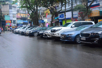 Gửi xe lòng đường Hà Nội mất 300.000 đồng một ngày