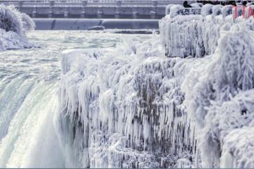 Thác nước đóng băng vì trời quá lạnh