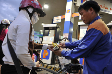 Giữ nguyên giá xăng, tăng một loạt giá dầu