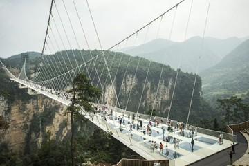 Cầu thủy tinh dài nhất thế giới mở cửa ở Trung Quốc