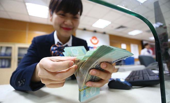 Sếp ngân hàng nhận lương gần 300 triệu đồng một tháng