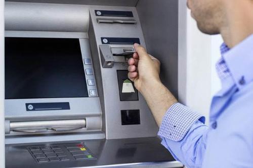 Ngân hàng được giảm phí rút tiền ATM