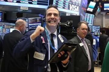 Niềm tin vừa trở lại phố Wall, Dow Jones tăng hơn 400 điểm