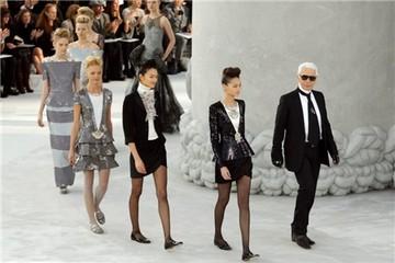 Kiểu bán hàng 'không bao giờ giảm giá' của thương hiệu Chanel