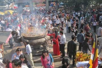 Đình chỉ công tác ngay lập tức 7 công chức KBNN vì đi lễ đền Trần giờ hành chính