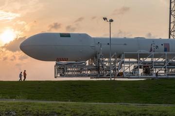 Elon Musk phóng vệ tinh to bằng xe buýt vào không gian