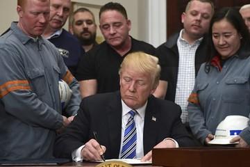 Tổng thống Trump ký quyết định áp thuế nhôm, thép nhập khẩu trừ Canada và Mexico, chứng khoán Mỹ tăng điểm