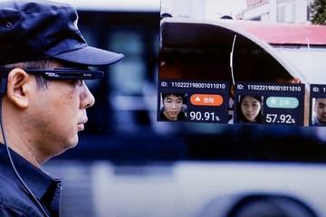 Cảnh sát Bắc Kinh dùng kính nhận diện khuôn mặt xác định hành khách và biển số xe