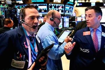 Thị trường chứng khoán Mỹ đỏ lửa sau khi Fed tăng lãi suất