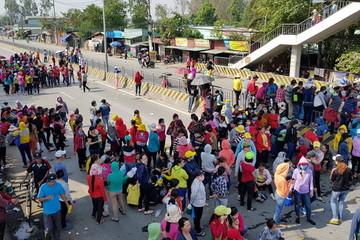 Quốc lộ nối Đồng Nai - TP HCM tê liệt khi công nhân đình công