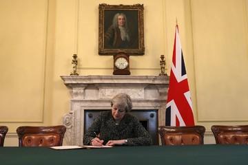 Chính phủ không cho nhận đồ tặng, Thủ tướng Anh phải thêm tiền túi mua tranh