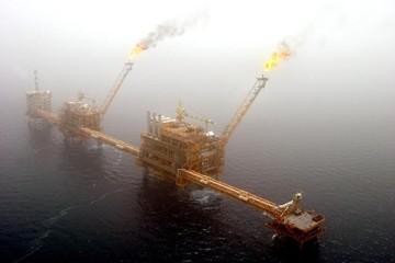 Giá dầu chạm đáy 2 tuần do căng thẳng thương mại leo thang