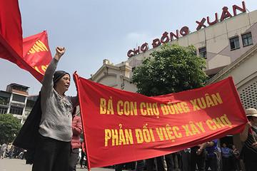 Tiểu thương căng băng rôn phản đối trước tin đồn xây mới chợ Đồng Xuân
