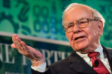 Lời khuyên của huyền thoại Buffett gửi các sinh viên: Đừng vay nợ nhiều như Donald Trump