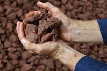 Giá quặng sắt chạm đáy 10 tháng