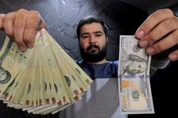 Dân Iran đổ xô mua USD do sợ Mỹ tái trừng phạt