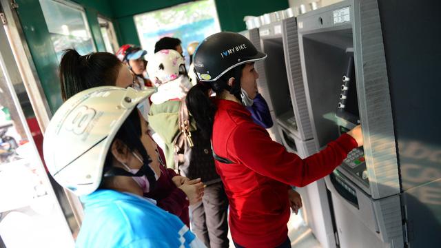 Lại tăng phí rút tiền ATM nội mạng lên 1.500 đồng/lượt