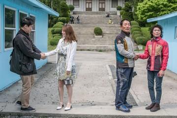 Trào lưu mới của Hàn Quốc: Tái hiện cái bắt tay Moon - Kim lịch sử
