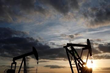 Giá dầu tăng 3%, đạt đỉnh 3,5 năm