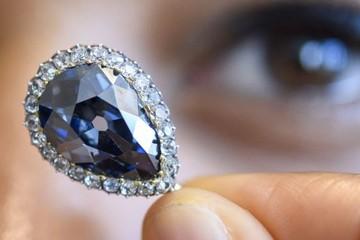 Viên kim cương xanh hiếm được bán với giá 6,7 triệu USD