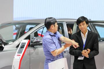 Khách Việt mông lung đợi ôtô giảm giá