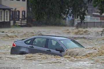 Đường phố Mỹ hóa thành sông sau mưa lớn