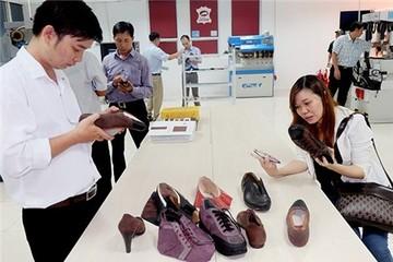 """Là """"công xưởng"""" giày dép của thế giới: Lo nhiều hơn vui"""