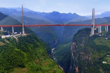 Cây cầu cao bằng tòa nhà 200 tầng ở Trung Quốc