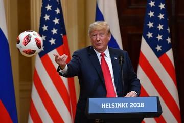 Trump tung bóng World Cup do Putin tặng cho vợ