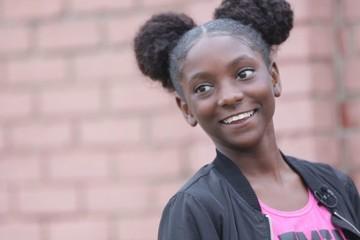 Cô bé 11 tuổi kinh doanh áo thun chống phân biệt chủng tộc