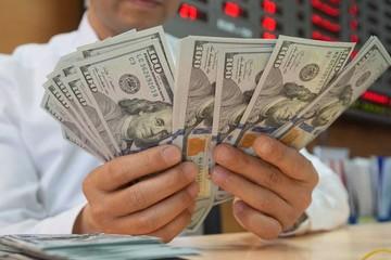 Tỷ giá ngân hàng giảm về còn 23.220 đồng/USD, lãi suất qua đêm tiếp tục tăng