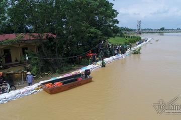 Bờ cát nhỏ trước triệu khối nước lũ: Vạn dân Hà Nội nguy cấp