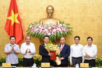 Thủ tướng trao quyết định quyền Bộ trưởng cho ông Nguyễn Mạnh Hùng