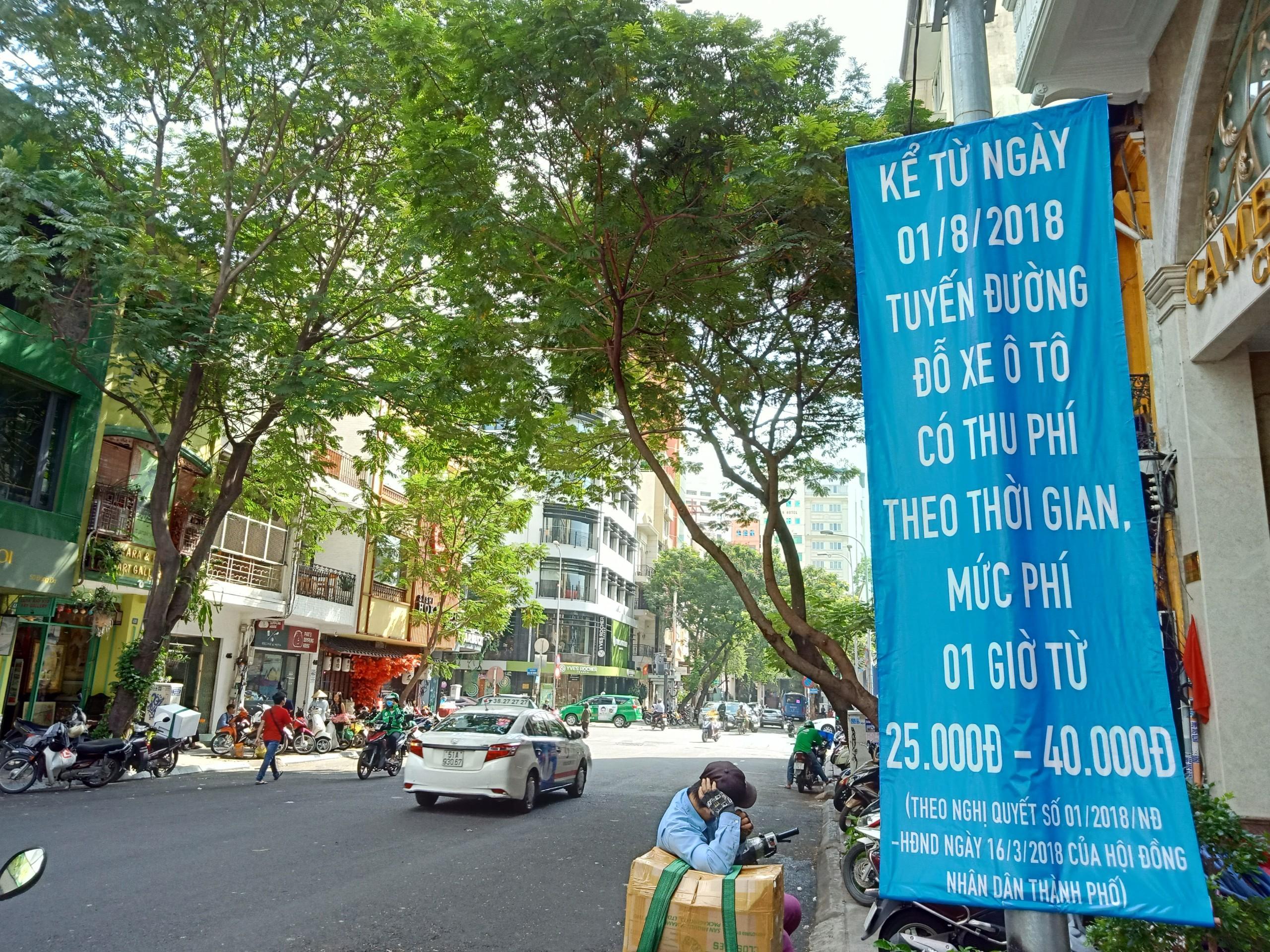 TP HCM ngày đầu thu phí đậu xe dưới lòng đường: Giá cao, bất cập công nghệ