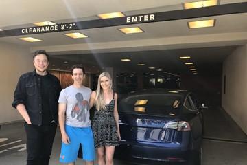 Tỷ phú Elon Musk đích thân giao xe cho khách