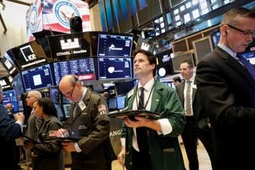 S&P 500, Dow Jones đi xuống vì sức ép từ giá dầu, căng thẳng thương mại