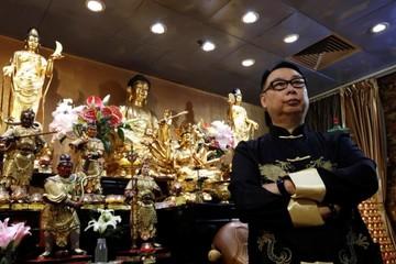 Giới mê tín xem bói để ứng phó chiến tranh thương mại Mỹ - Trung