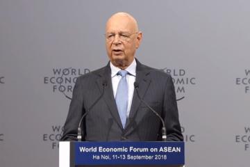Chủ tịch điều hành WEF: 'Con người không làm nô lệ của robot'
