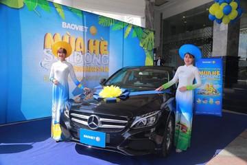 Khách hàng trúng thưởng xe Mercedes-Benz C200 chương trình tri ân của Bảo Việt