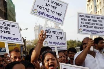 Biểu tình phản đối tăng giá xăng ở Ấn Độ