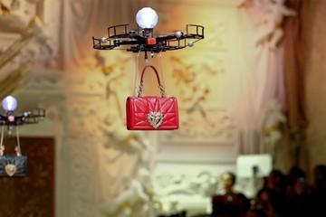 Drone thay người mẫu trình diễn thời trang