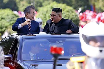Moon và Kim ngồi xe mui trần đi ăn trưa ở Bình Nhưỡng